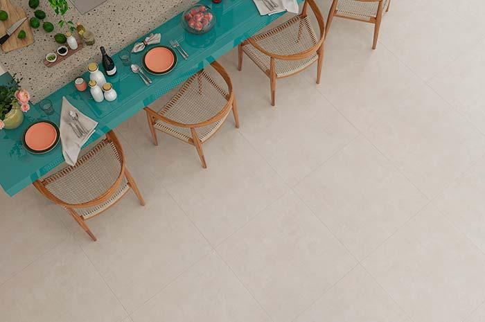 Grout in the same tone of the floor leaves almost imperceptible the junction between the pieces