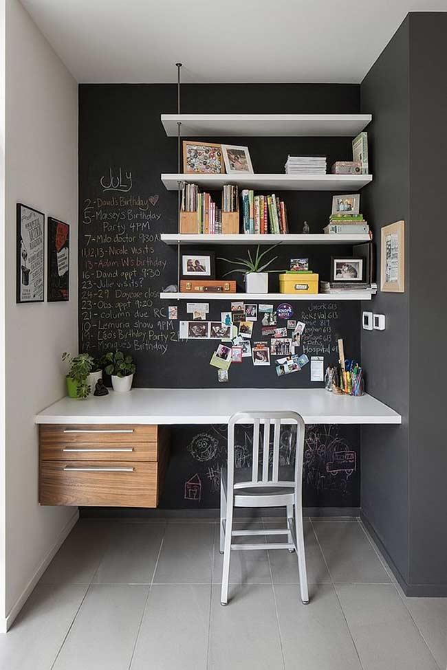The slate wall is versatile in decoration