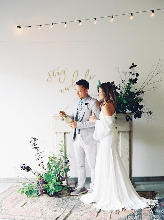 For a home party, the bride and groom's clothes may be simpler but without losing the traditionalism that the occasion demands