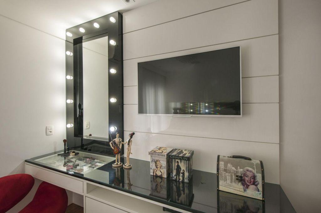 Corner room with dressing table