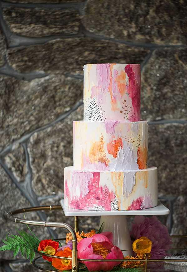 Outline your artistic side when decorating the cake