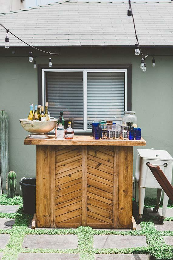 Wedding at home: party bar was placed in the yard