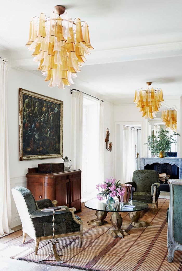 White walls, the room abused the dark tones to compose the Provencal style