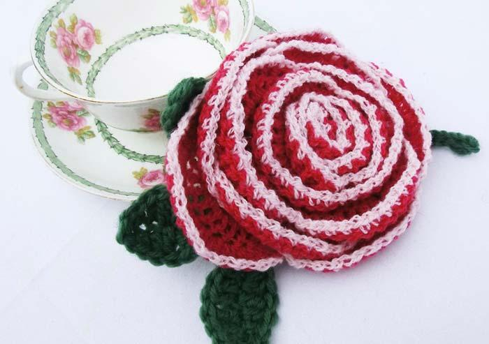 Crochet roses to decorate the table