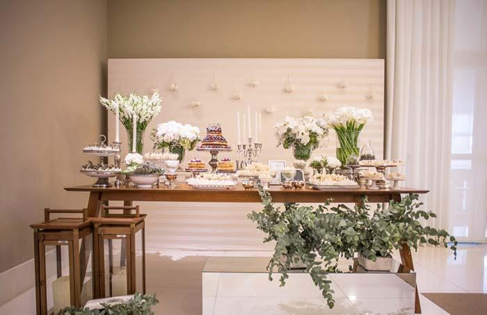 White flowers to decorate the cake table