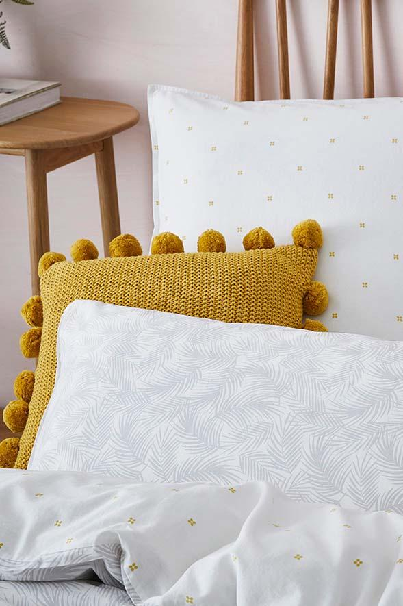 Strong color on the crochet cushion cover