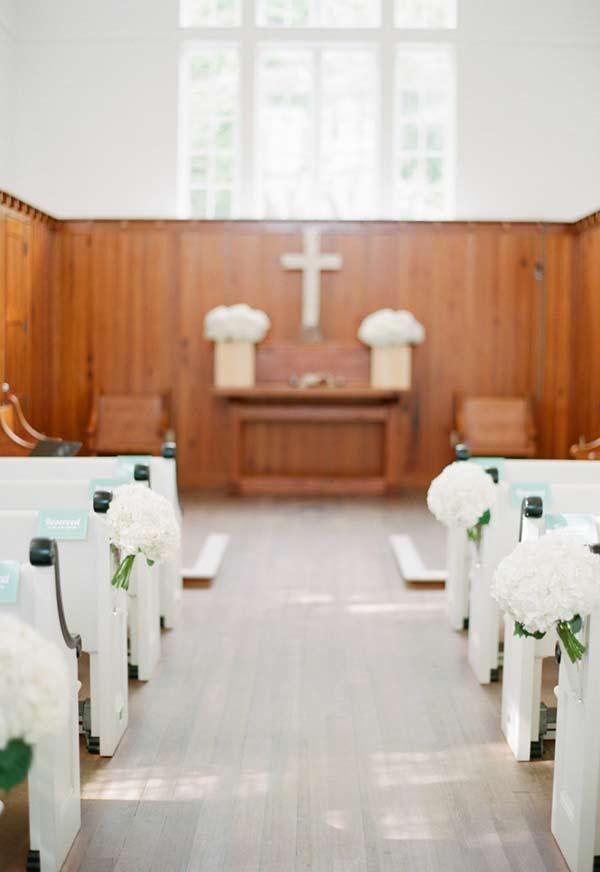 Decorating a small church with few elements