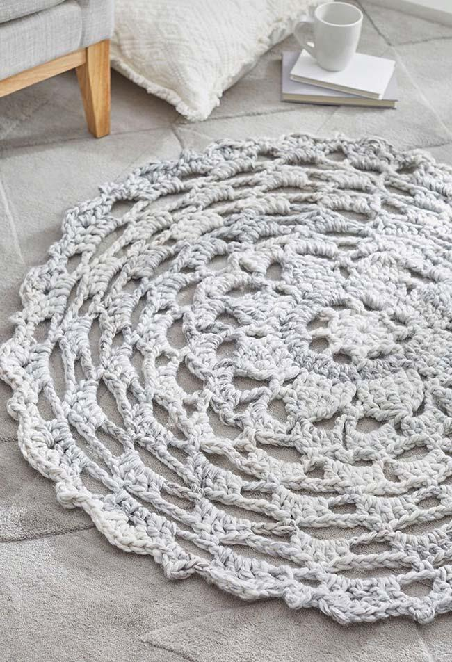 Simple round crochet rug with red beak