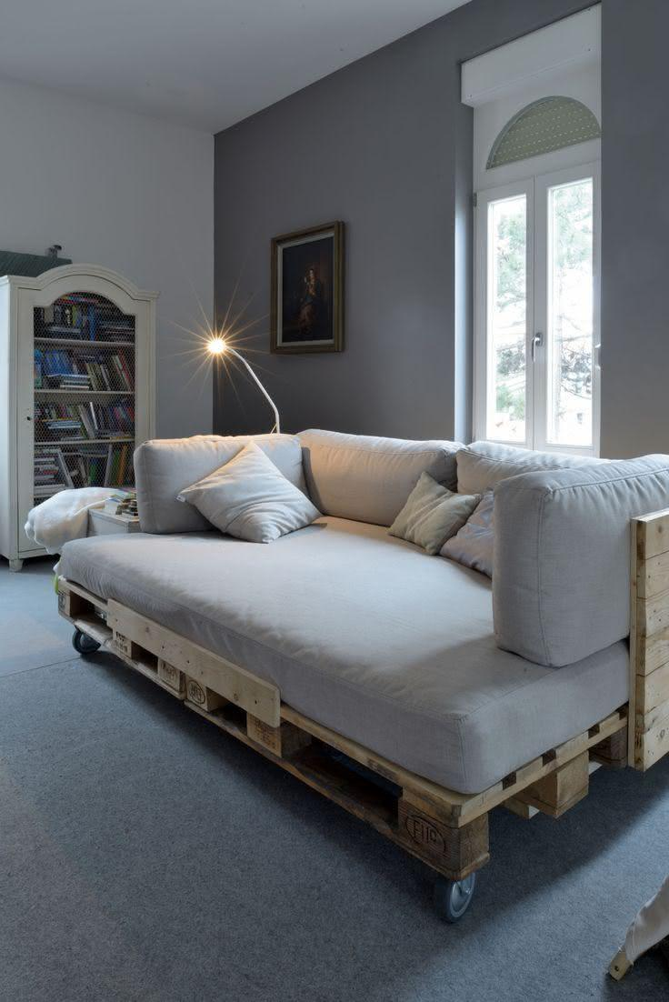 Pallet sofa with caster