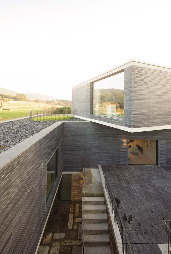 In this project of modern architecture, the retaining wall is in the internal part of the construction