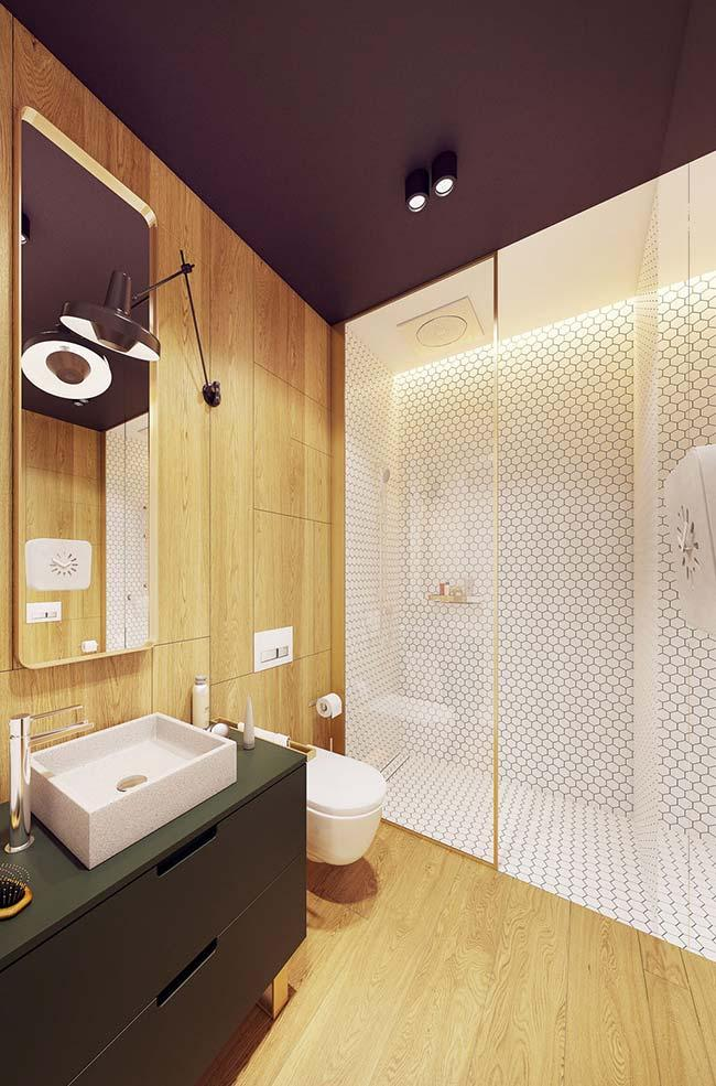 Decorated apartment: dark colored ceiling leaves the bathroom with a more intimate and cozy;  the woody panel favors this proposal