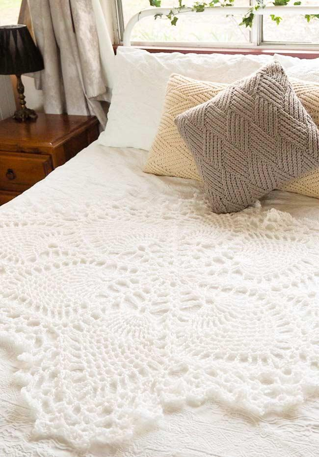Crochet work to decorate the center of the bed!