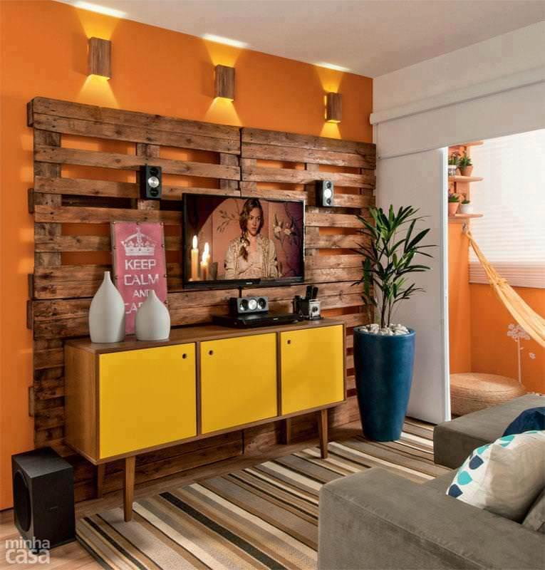Pallet panel with home theater