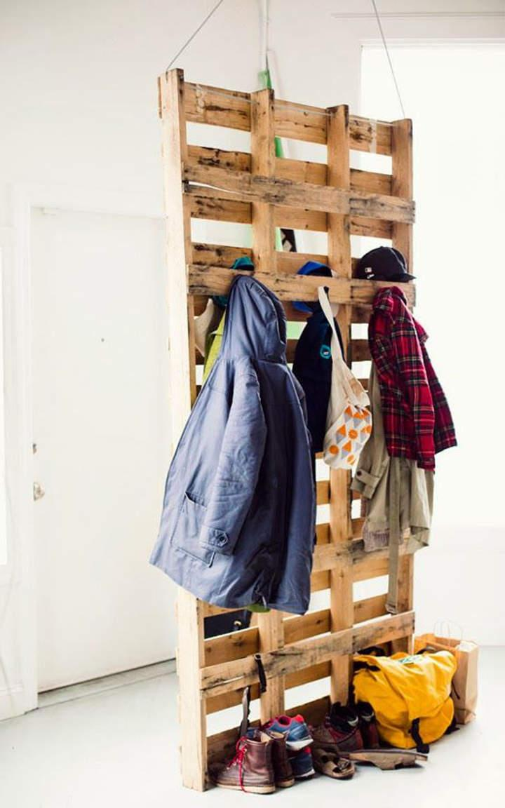 Pallet wardrobe suspended by the ceiling