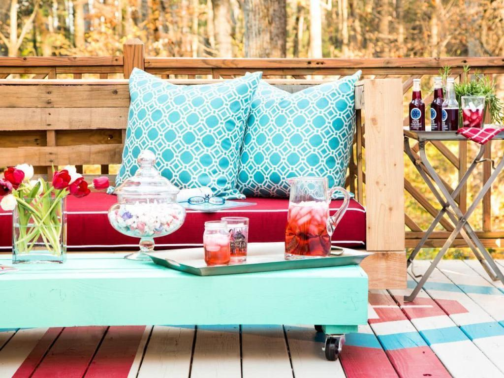 Pallet sofa with turquoise coffee table
