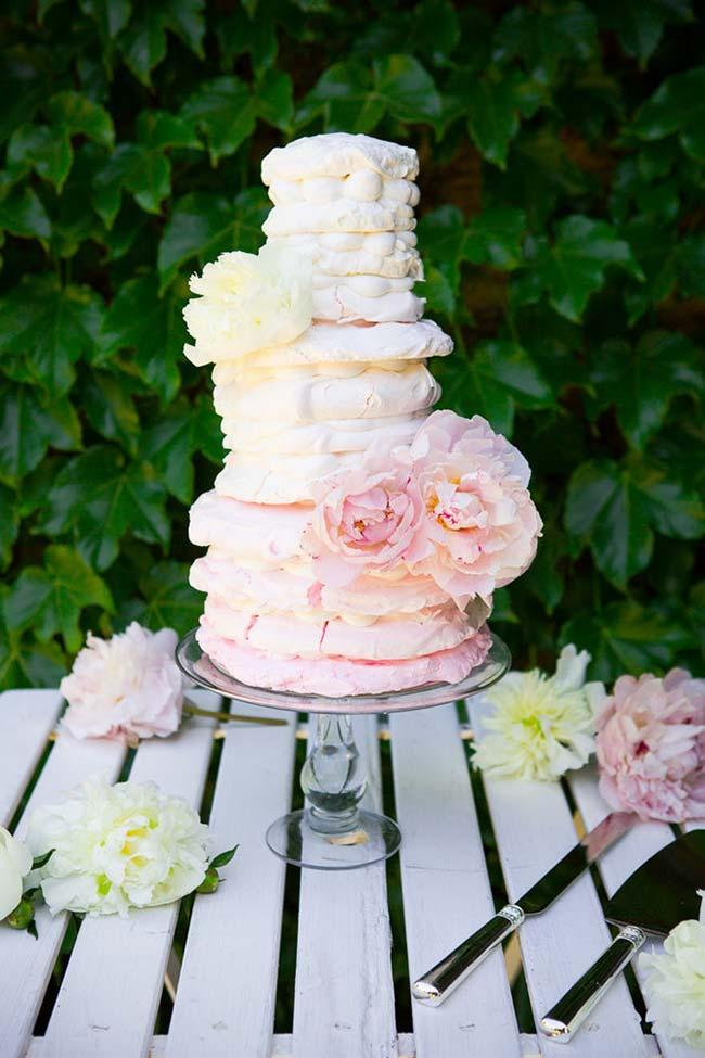 Simple wedding cake: naked cake with equal layers