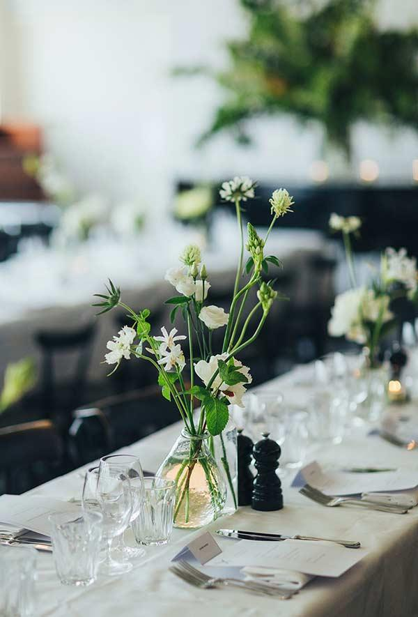 Arrangement of table flowers with the strong presence of green on the stem
