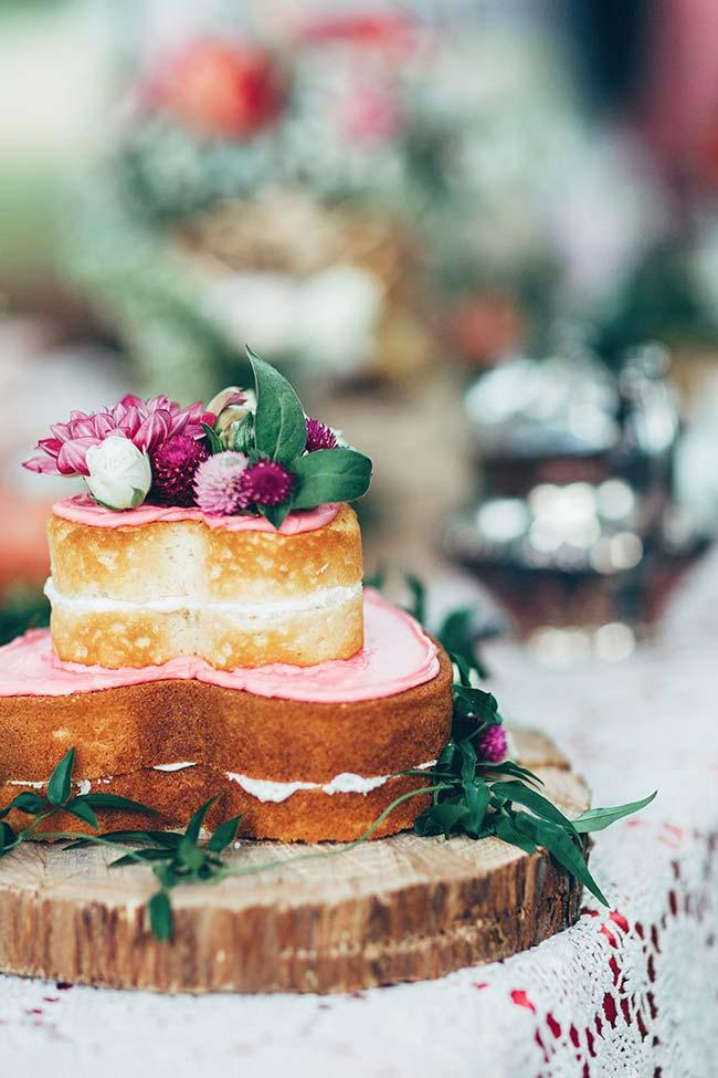 Simple wedding cake full of delicacy