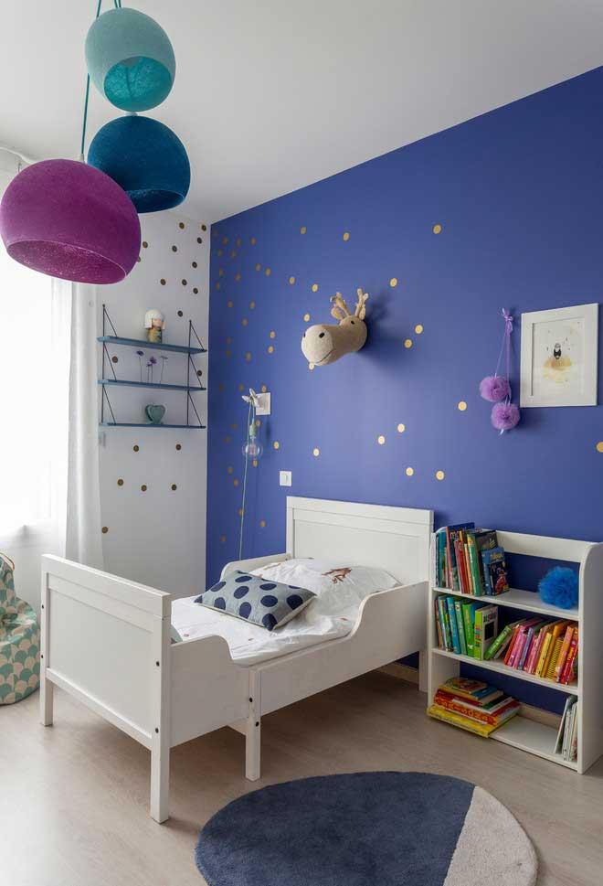 Wall in vibrant color to make room more cheerful