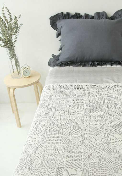 Super delicate stitches and designs in this leaky quilt