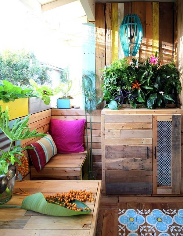 Balcony corner with panel and pallets