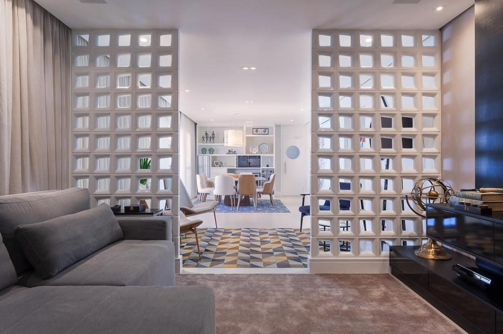 Apartment conjugated with intimate atmosphere separated by cobogos