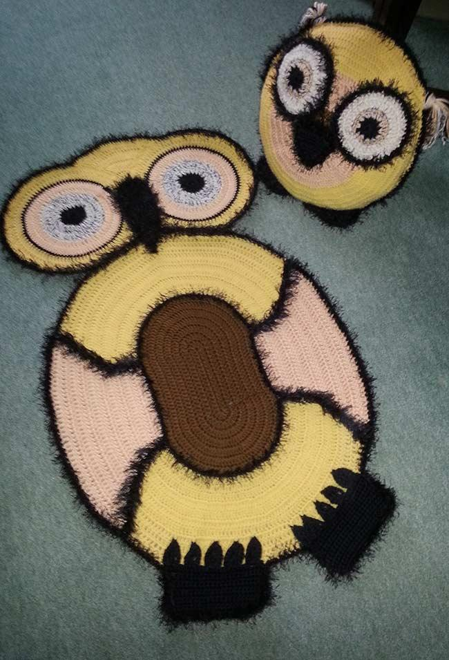 Crocheted owl rug with fluffy line