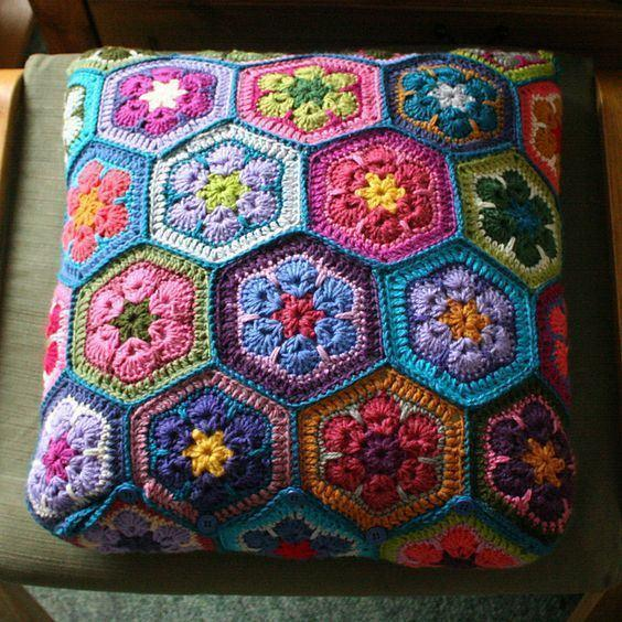 Cushion-of-croche-with-flowers-4