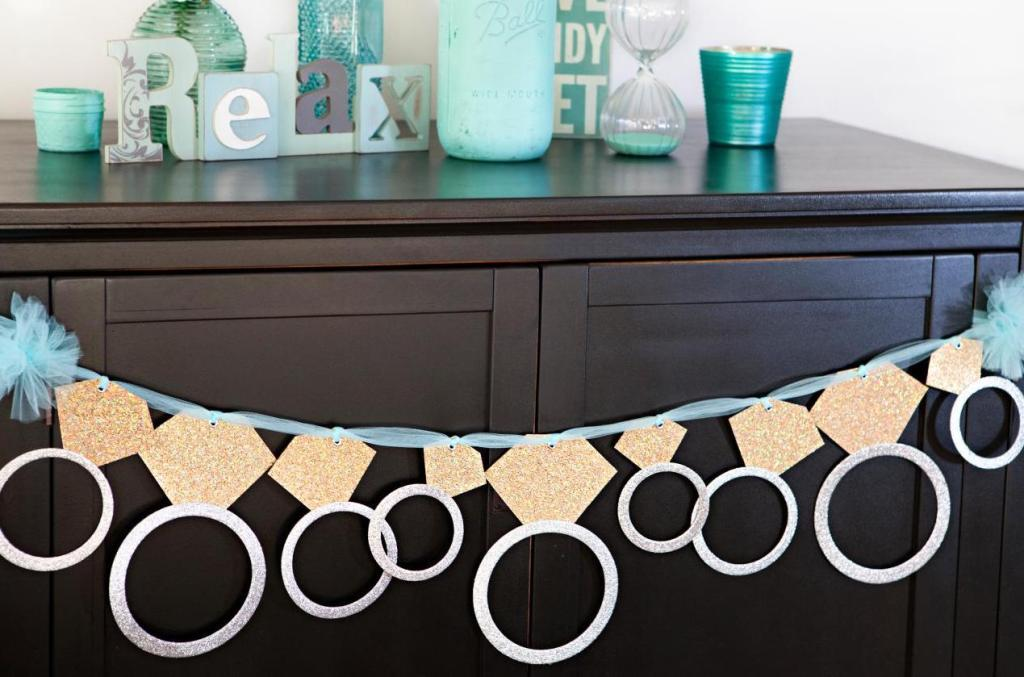 Make your own dedication on paper to decorate your simple engagement party