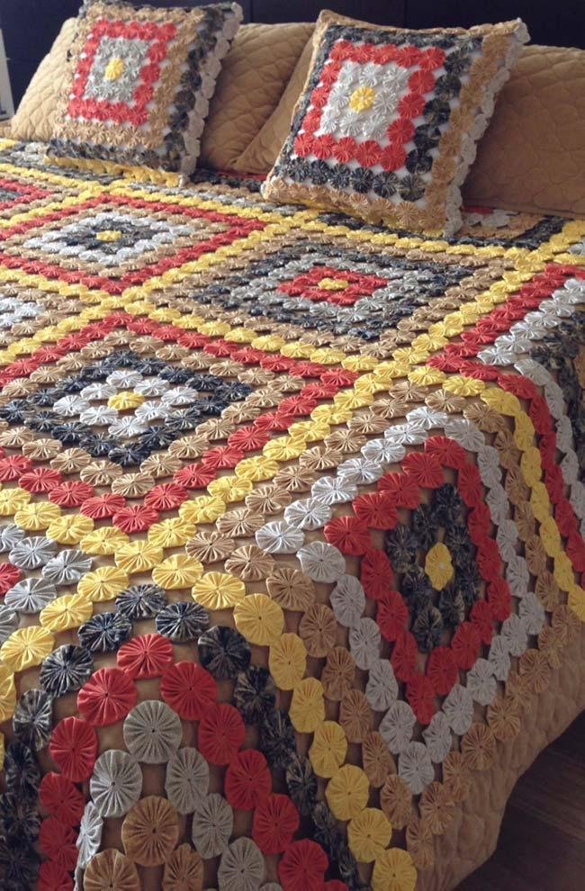 Fuxico quilt on brown background