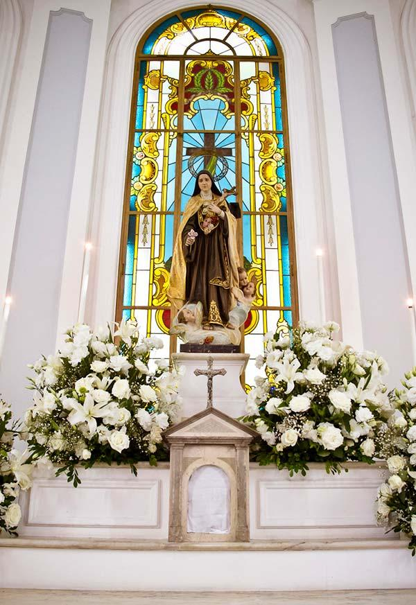 Great bouquets at the foot of the altar