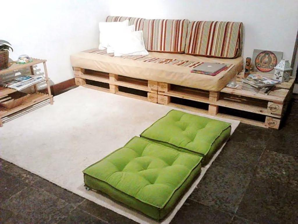 Pallet sofa with side space