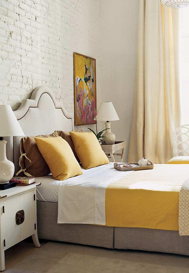 Double room decorated with shades of yellow