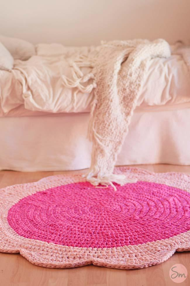 Round crochet rug with flower shape