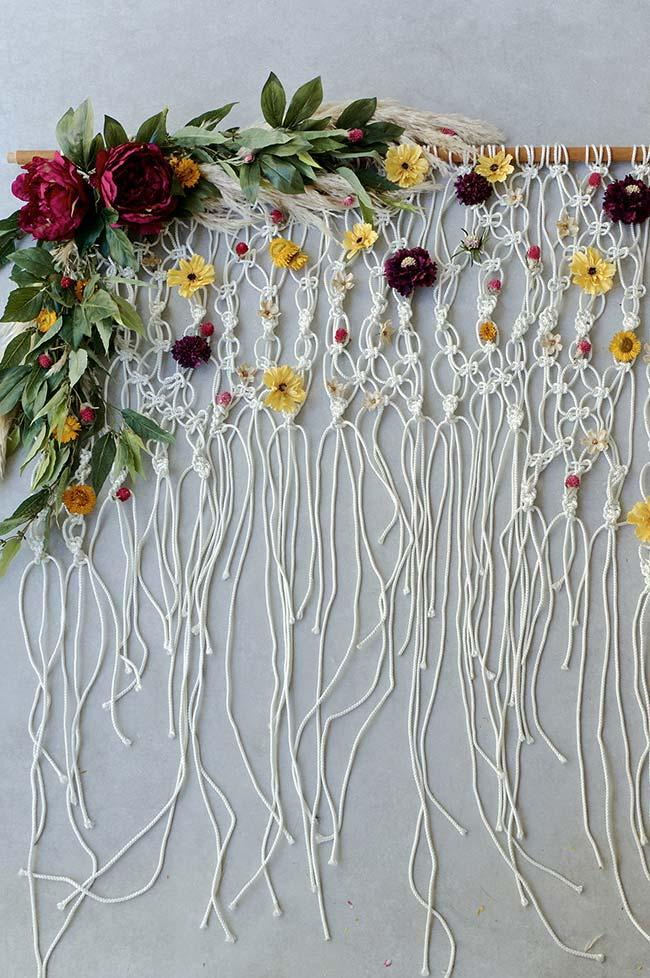 Curtain of string and flowers
