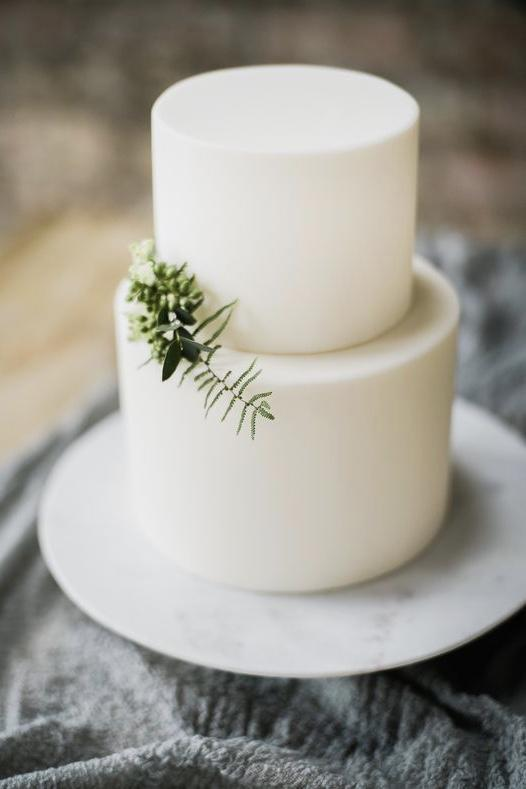 A green sprig and ... voila, the cake is ready