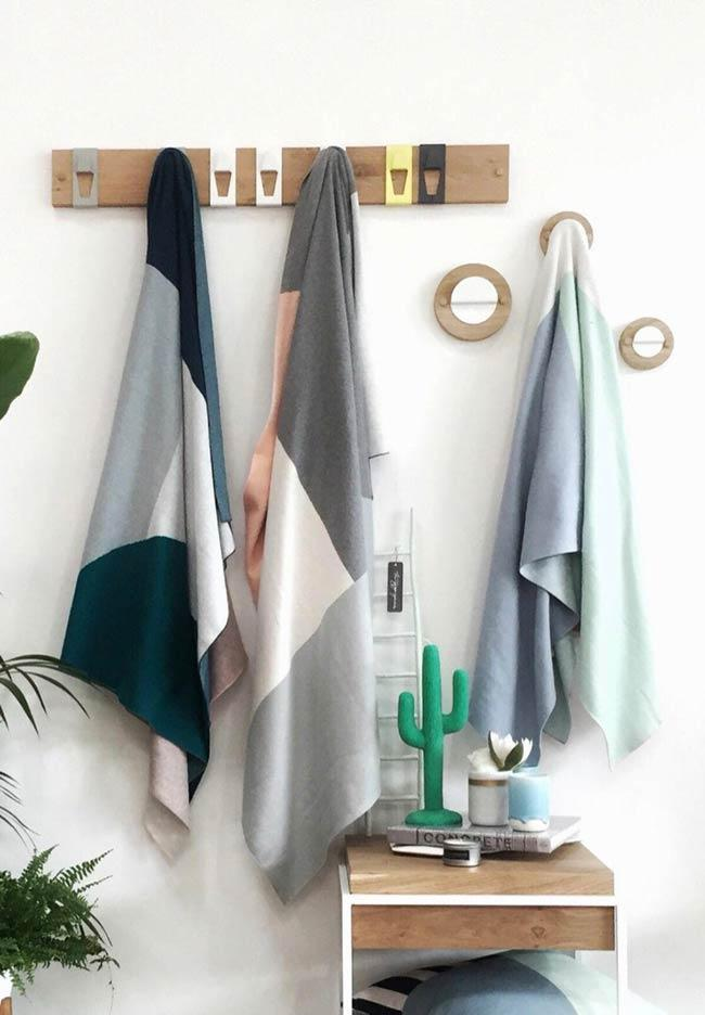 Organization of the bathroom with clothes rack