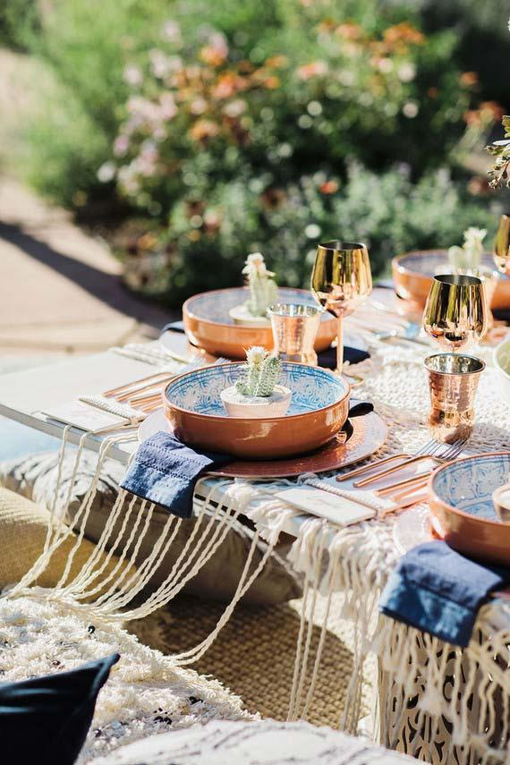 Copper crockery is the great charm of this table set