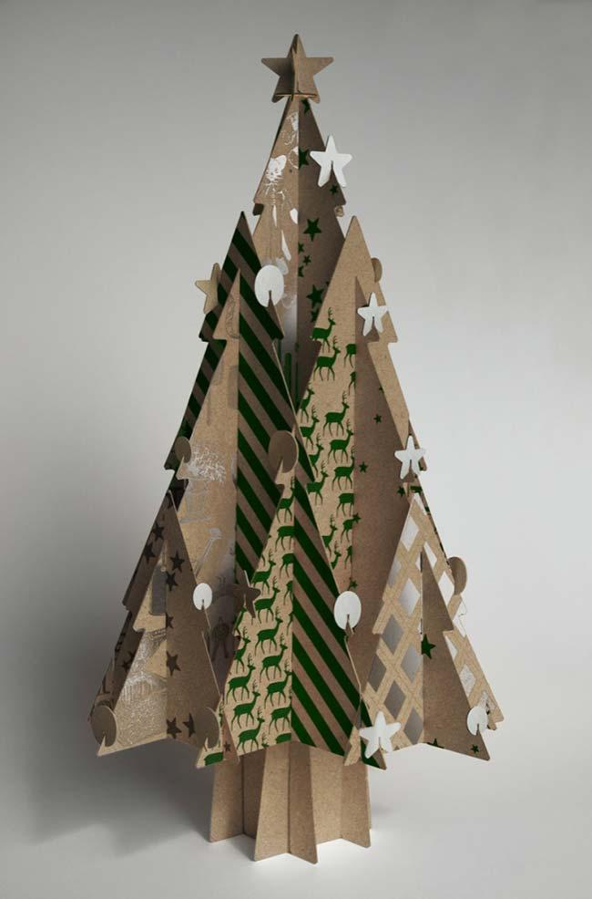 Use the cardboard to assemble the Christmas tree