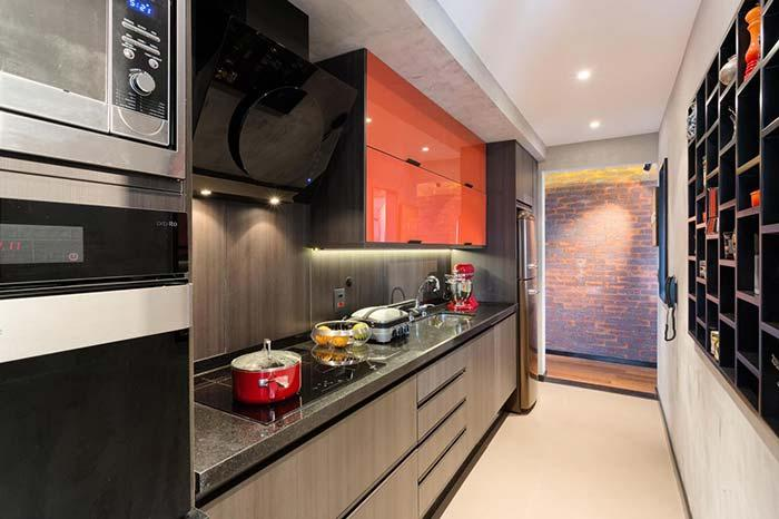Modern kitchen with the use of white burnt cement on the wall