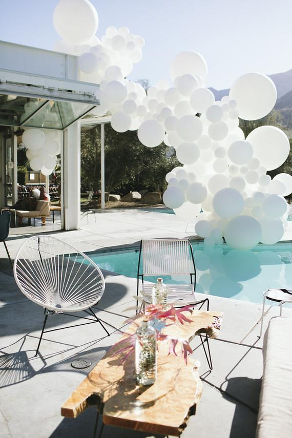 Deconstructed bow of balloons to decorate the pool of the house