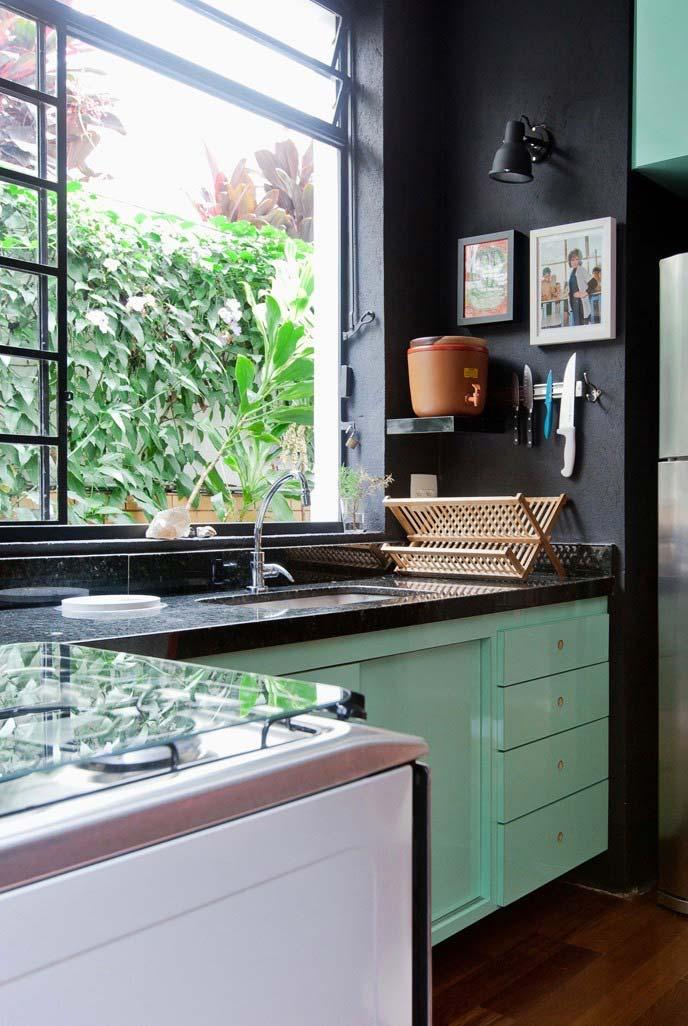 Black wall and granite Green Ubatuba on the kitchen counter