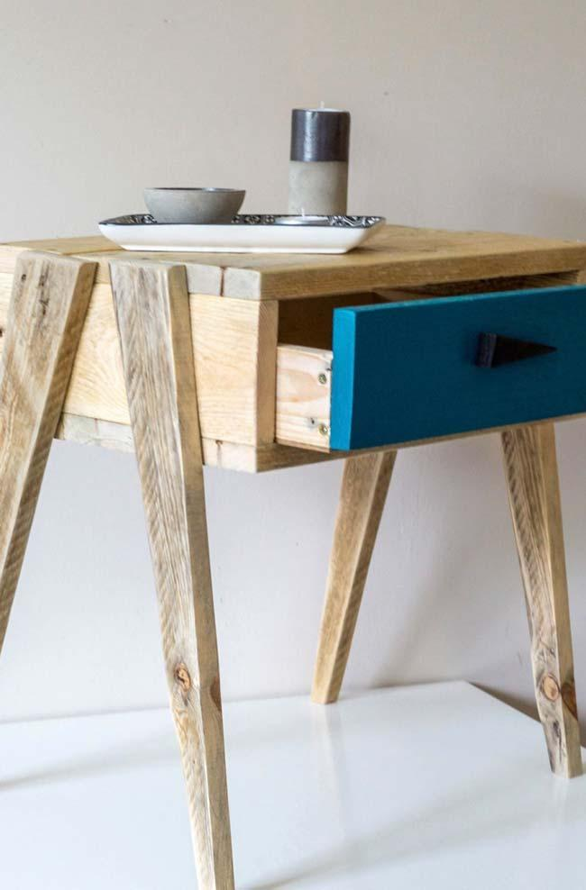 Pallet mobile with drawer