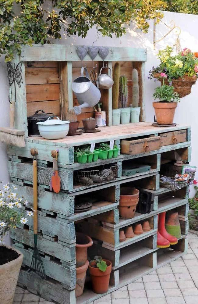 Organize your gardening items with a pallet-made furniture