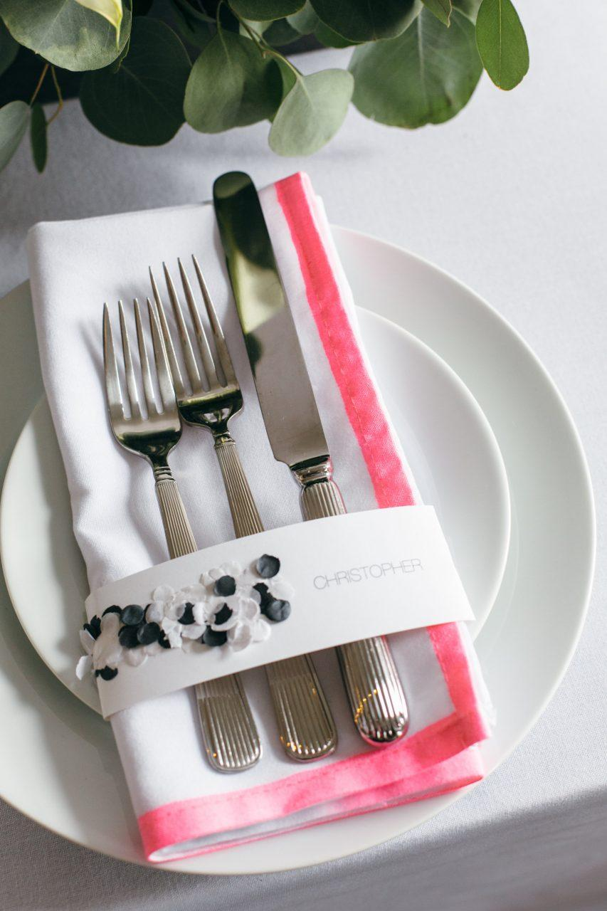 Do-it-yourself wedding decoration: cutlery joined by a strip of paper with each guest's name