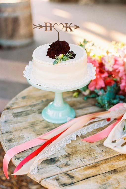 Simple wedding cake for rustic table