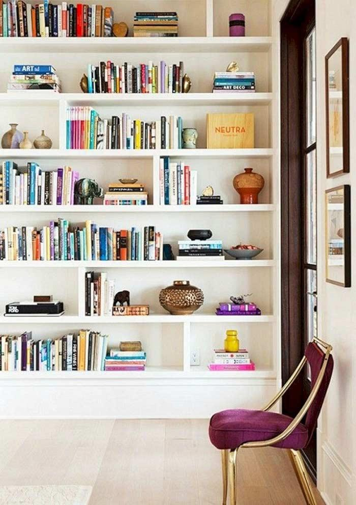 Interchain blocks with books separated by decorative items