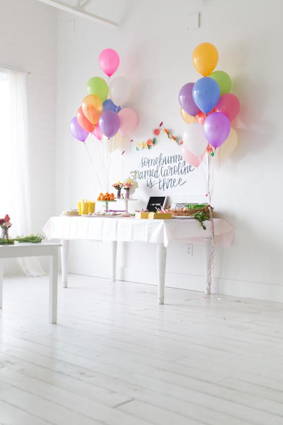 Simple party cake table with balloons