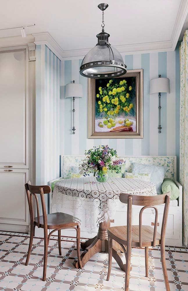 Flowers, indispensable element of Provencal decoration, present on the table, on the table, on the curtain and on the sofa