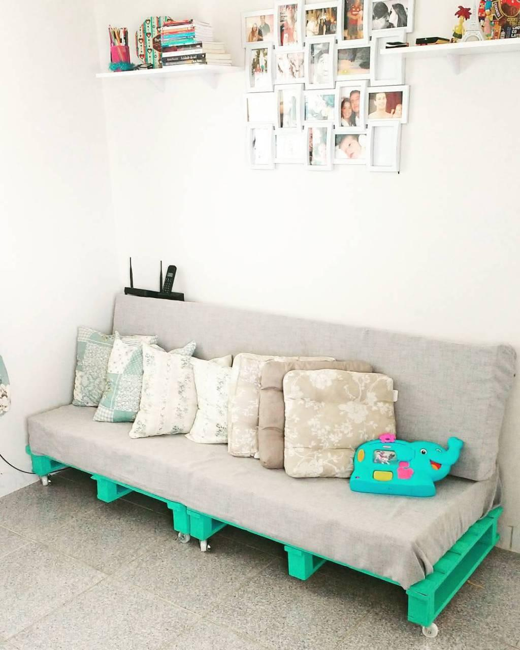 Sofa with pallet with casters